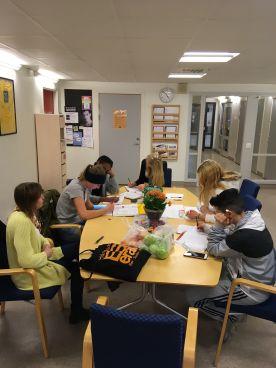 Elever på Valsätraskolans läxhjälp.